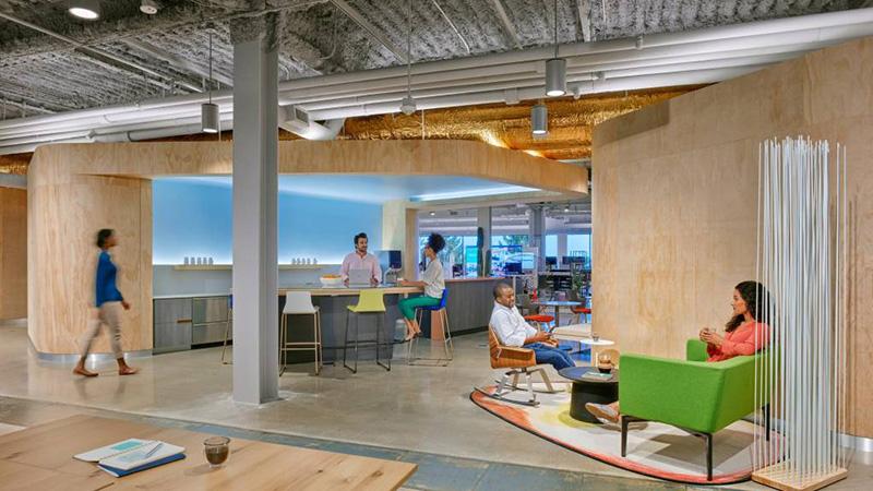 IT kafić namjerno je dizajniran za unaptređenjeneformalnesaradnjei davanje mjesta ljudima kako bi mogli predahnuti ili prezalogajiti.